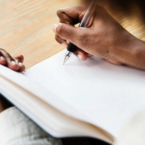 Een vrouw zit aan tafel. Voor haar ligt haar dagboek. Een lege witte bladzijde. Zij heeft borstkanker gehad en staat aan het begin van een nieuw leven. Ze aarzelt en twijfelt. Hoe gaat ze dit invullen?